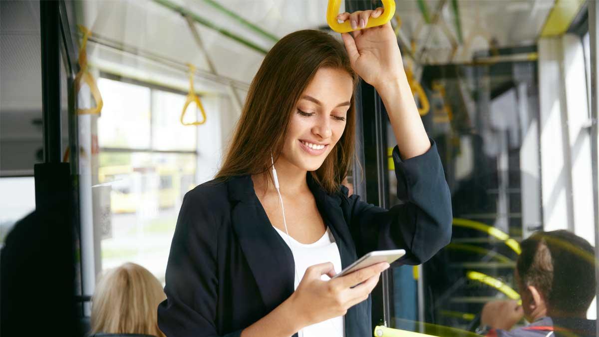 Frau mit Smartphone im Bus