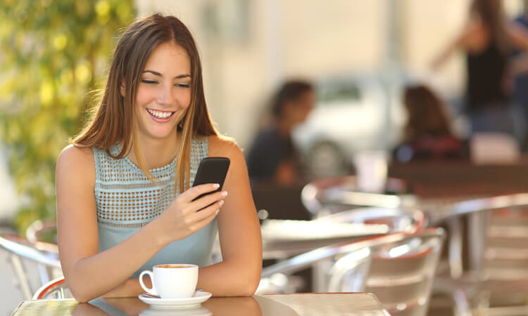 Frau mit Smartphone im Café