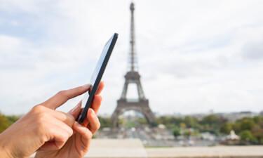 Smartphone-Nutzer vor dem Eifelturm