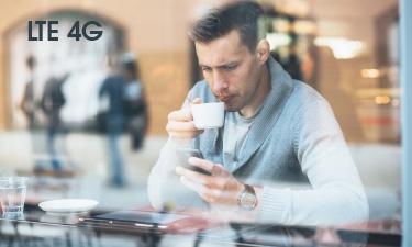 Mann mit LTE Smartphone