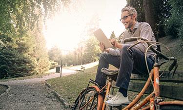 Mann im Freien Tablet