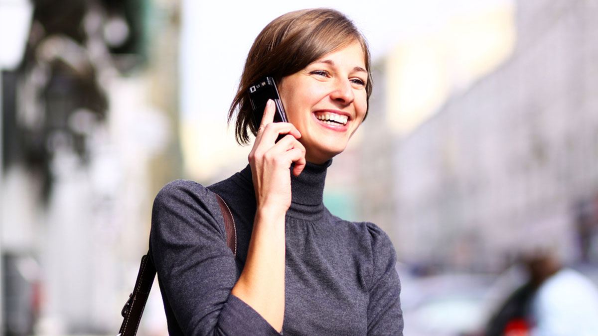 https://www.smartweb.de/public/resources/images/news/junge-frau-telefoniert-mit-smartphone-1200.jpg