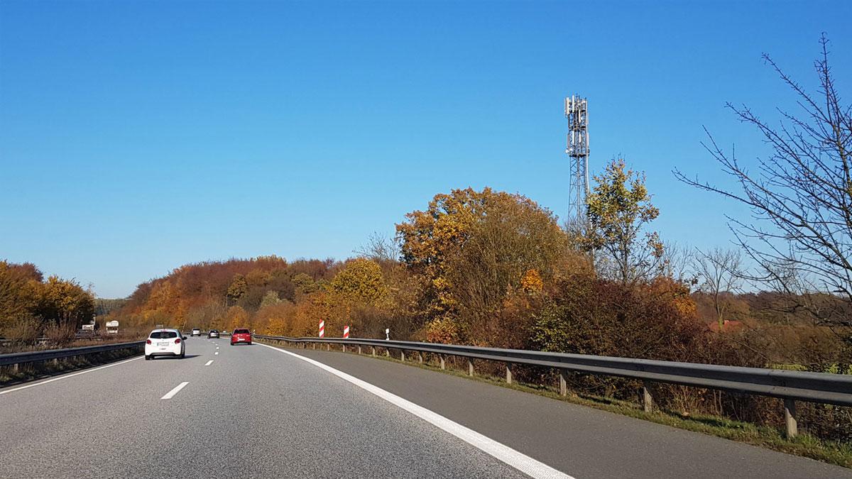 Straße mit Mibilfunkmast - Kooperation von Telefónica, Vodafone und Telekom zum Ausbau des Mobilfunknetzes
