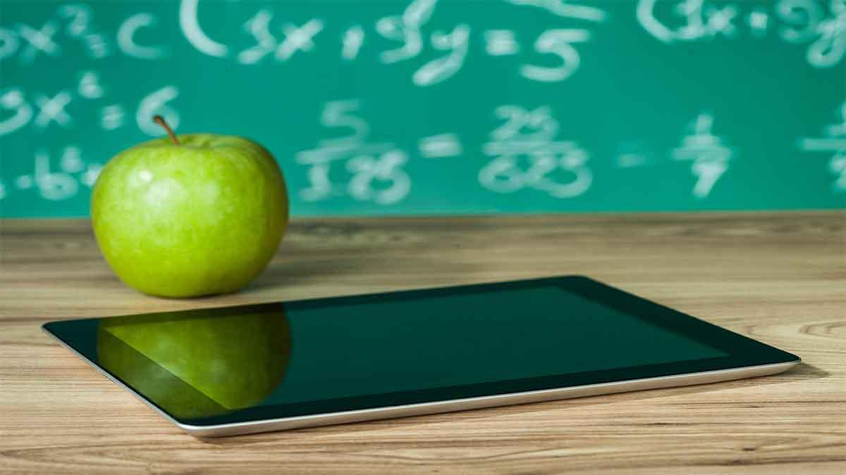 Tablet mit Apfel